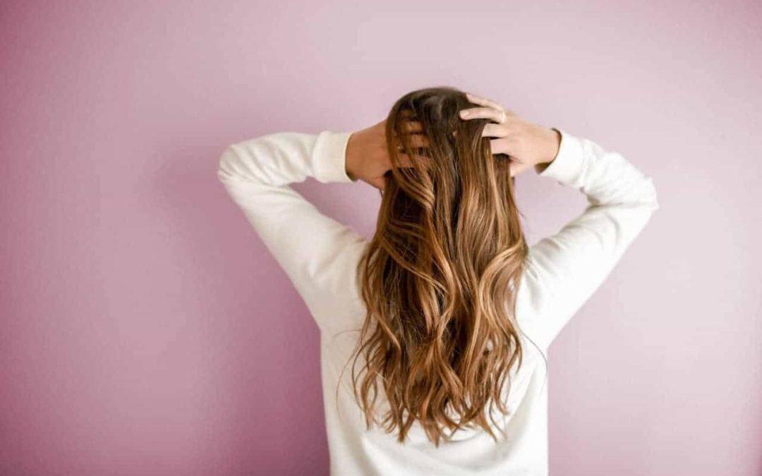 Jak skutecznie poradzić sobie z problemem wypadania włosów?